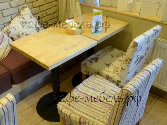 столики на металлическом подстолье деревянные в кафе
