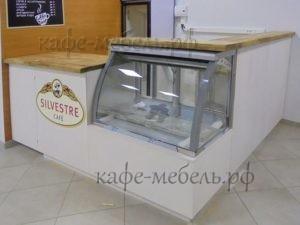 встроенная холодильная витрина в мебели кофейни