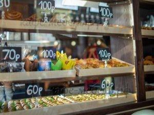 витрина в кофейной стойке деревянная
