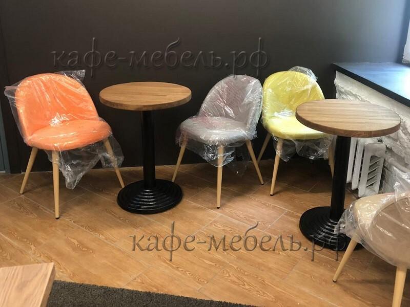 деревянные столики круглые в интерьере кофейни