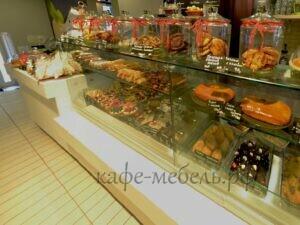 кондитрская витрина встроенная в стойку кафе