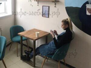 маленькие столы в кофейне из дерева