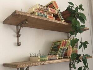 деревянные полки в интерьере кофейни