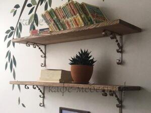 деревянные полочки в кофейне