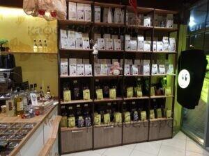 стеллаж для продажи кофе из дерева и металла