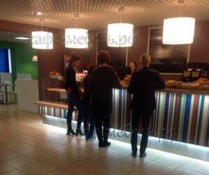 барная стойка в кафе с посетителями