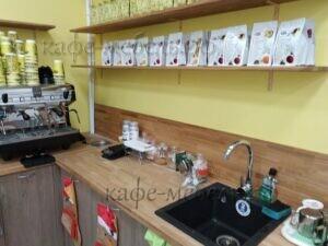 стойка и деревянные полки в кофейне бравос
