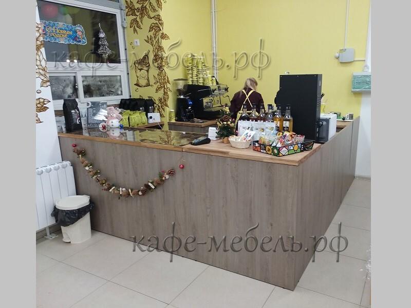 стойка с деревянной столешницей в магазине