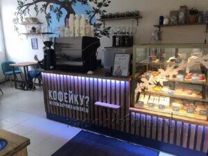 стойка мкленького кафе массив дерева с подсветкой и витриной