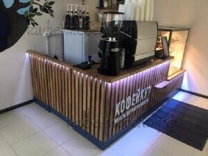 деревянная стойка маленького кафе с подсветкой