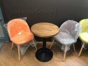 круглый стол в интерьере кофейни
