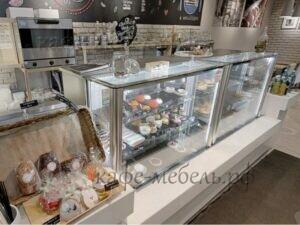 встроенная кондитерская витрина в стойку кафе